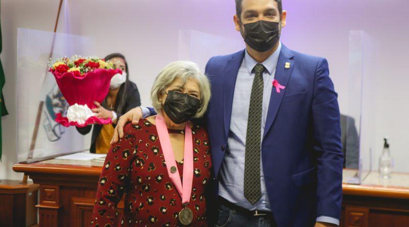 Vereador Roberto Sousa homenageia uma mulher de fibra e coragem em nome de todas as mulheres simoesfilhesse com a Medalha Noêmia Meireles Ramos